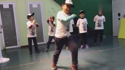 8岁110斤小孩跳鬼步舞减肥一个月瘦了18斤效果很不错!