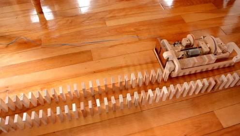 你以为多米诺摆放很难吗?来看看这个神奇的机器吧