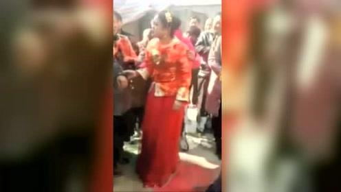 婚礼上,新娘当场被乱恼火,新郎在一旁很尴尬!