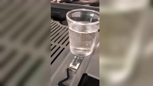 奔驰AMG V12发动机平稳性到底多好,看下这杯水吧!