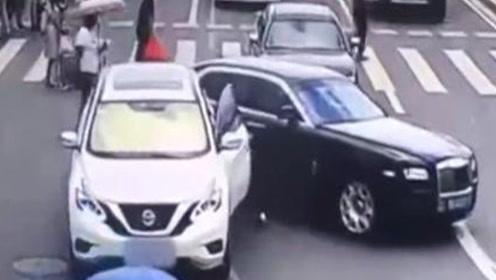 惨痛教训!女司机下车后,因一个小小的疏忽,害自己赔上几十万