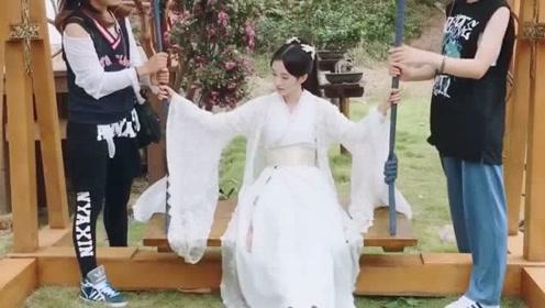 鞠婧祎一身古装白衣荡秋千笑容甜美 仙气十足