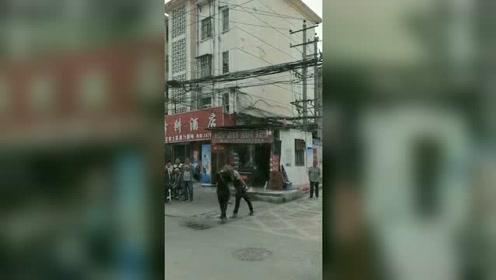 两男子发生争执 街头互相吐口水