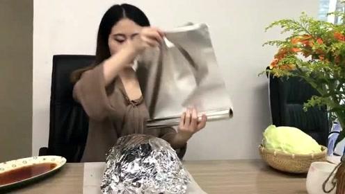 办公室小野:鸡肉涂上酱料包上包菜叶和锡纸 埋进花盆做叫花鸡