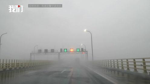 台风来袭,行驶在马路上的车辆被吹倒