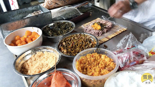 安徽大叔在南京摆摊卖早餐,火爆10年!米饭裹蛋黄6元,女孩排队吃