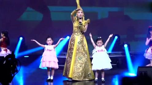 乌兰图雅再唱《站在草原望北京》,她的嗓音太有磁性了,好听极了