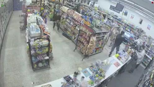 """俩超市小偷碰上持枪抢劫反而变身成为制服歹徒""""英雄"""",这剧情反转!"""