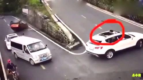 这个白车司机没一点安全驾驶意识!小孩子还站在天窗上!