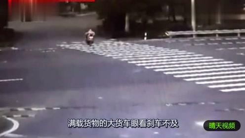 大货车为了闯红灯的母女惨烈侧翻,下一秒更惨!
