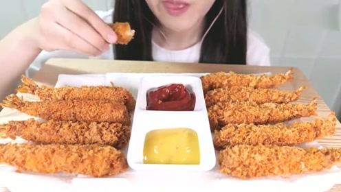 美食吃播国外吃货小姐姐,吃香酥炸大虾,耳机福利