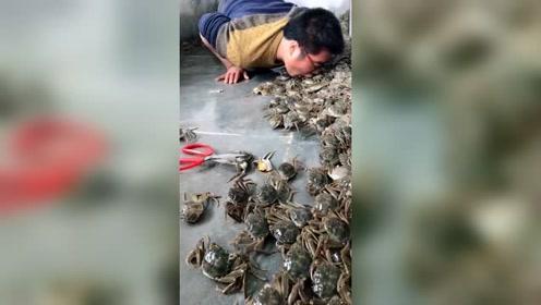 哥你疯了,敢吞活螃蟹,网友:夹的就是你!