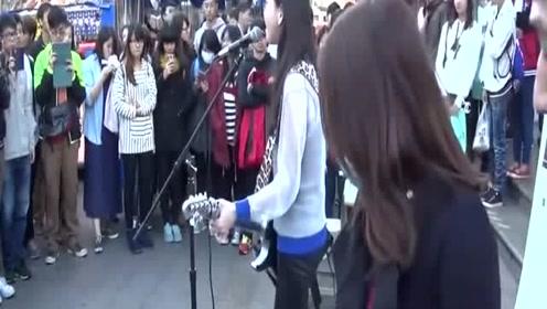 《前任3》爆红才女于文文,4年前台湾街头弹唱表演!太帅了!