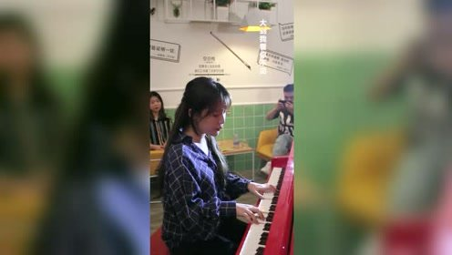 气质美女钢琴弹唱《晴天》