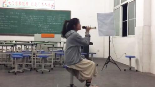 邓紫棋在这个年纪都没她会唱吧,教室里一首《光年之外》一唱成名!