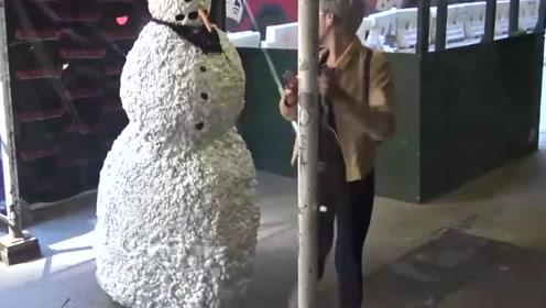 国外街头恶搞,路边伪装成雪人恶搞路人,黑人小哥的脾气太暴躁了