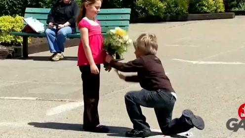 歪果仁真会玩,人小鬼大,街头求婚被拒秒爱新欢!