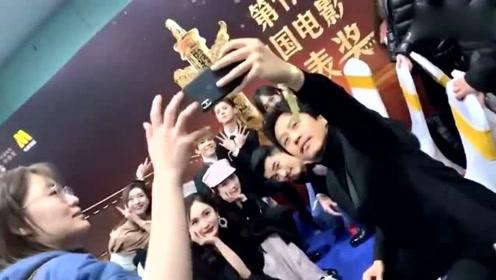 群星后台拍照,杨幂唐嫣站位成亮点,杨洋鹿晗首度同框超惊喜