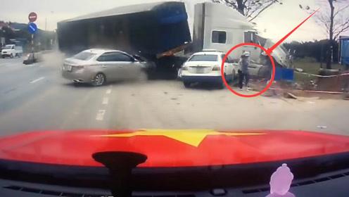 大货从半路冲出,女子抱着孩子拼命逃跑,躲过这场车祸!