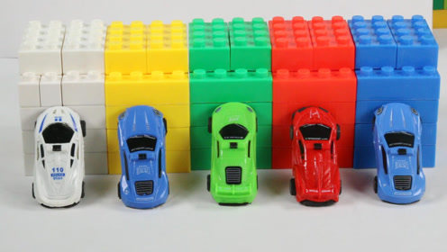 趣味小汽车玩具横穿彩虹积木隧道,好玩又有趣