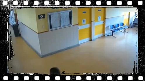 夫妻俩带孩子医院看病,丈夫竟做出不耻举动,被监控全程拍下