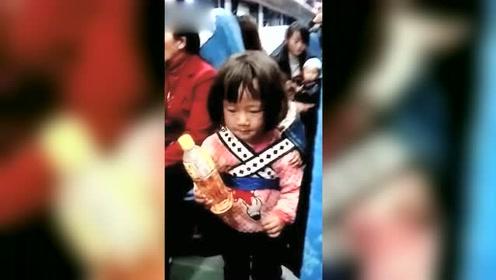 火车上见到的一幕,顿时流泪了,好心疼她