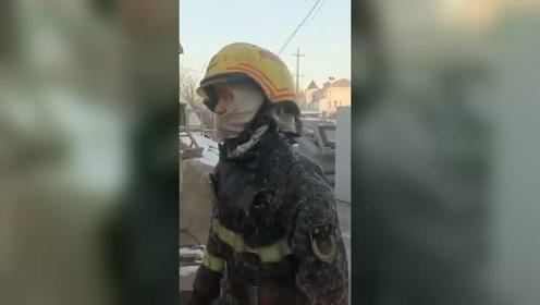 """衣服淋湿被冻住成""""盔甲"""" 消防员:习以为常了"""