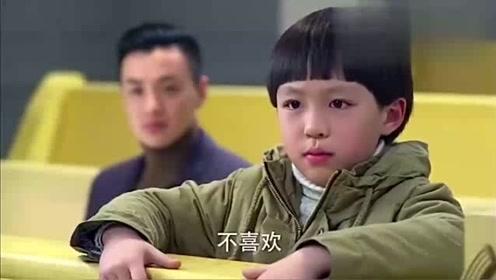 小男孩被后妈虐待,后妈却不承认,法庭上小男孩的回答让人吃惊!