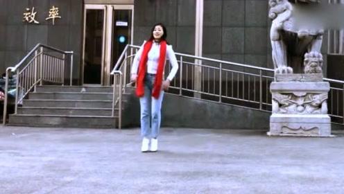 80后美女沉迷广场舞,都跳到人家大门口去了!