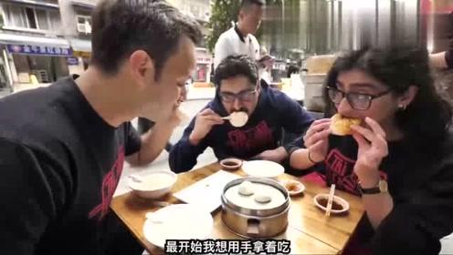 老外在中国街头吃早餐,我们常吃的包子,外国人吃的津津有味