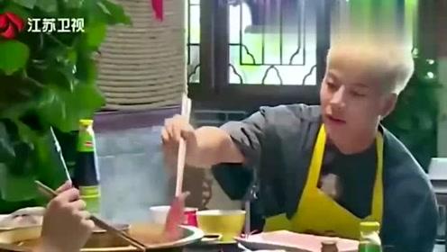 王凯让王嘉尔吃麻辣火锅,王嘉尔表情真是绝了,凯凯王你真的好坑