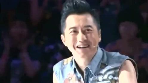《中国好声音》周杰伦听到是自己的粉丝直接上台!哈林无奈一笑!