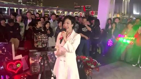 香港旺角小龙女演唱《小路》,她的演唱路人围得是水泄不通