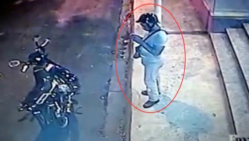 男子正在玩手机,二人下车就抢,结果悲剧了