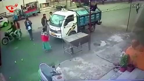 女子路边祈祷遭垃圾车碾压 幸运逃生毫发无损