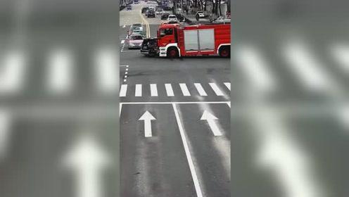 消防车拉警报疾驰 奔驰车路口不避让致四车相撞