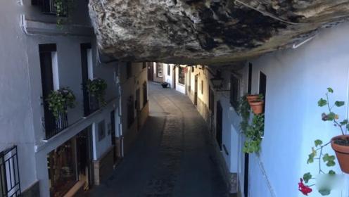 被压在巨石下面的小镇,600年不见阳光,下雨不用打伞