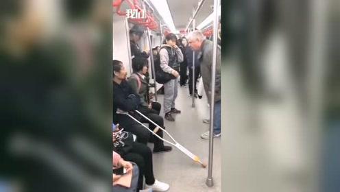 老外怒斥天津地铁乞讨者 反被骂:狗日的
