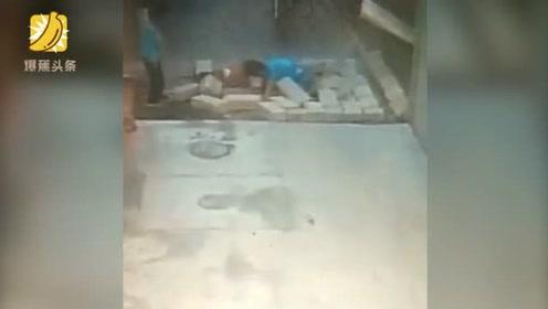 男孩扒墙头致整片墙倒塌2小孩反应不及被砸倒