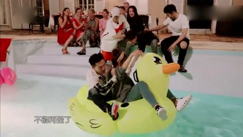 王俊凯在游泳池骑鸭子简直太萌了,舒淇,黄晓明忍不住拍照!