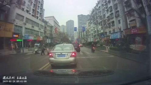 老人过斑马线脱帽向礼让他的司机敬礼