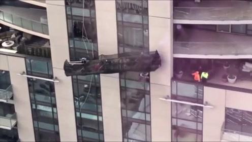 命悬一线!美大楼外工人乘吊篮高空作业被大风刮起摇摆