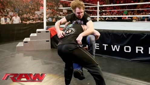WWE疯子迪安挑衅布洛克,大布上场教训他,但他的举动观众都疯狂了