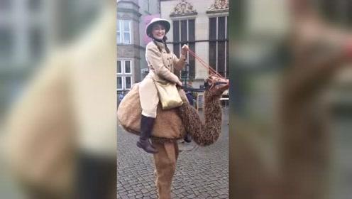 这个小姐姐的创意服装不知骗过了多少人,反正我是不会骑鸵鸟!