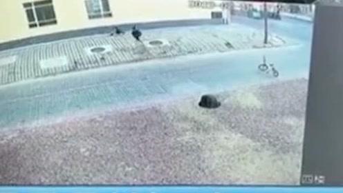 惊险!7岁男孩掉1米多深窨井 监控还原10秒自救过程
