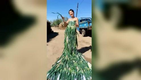 农村姑娘用大葱给自己做了一件礼服,可以说很仙了!