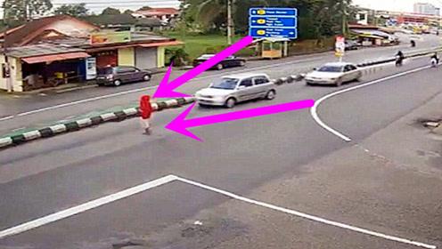 红衣妹子过马路,害得三车连撞,自己却像没事人一样离开