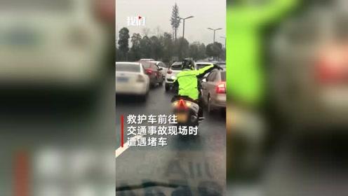这么冷的天!救护车救人遭遇堵车,小伙骑摩托暖心开道,为他点赞