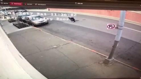 奇葩!嫌犯逃跑途中因裤子掉被绊倒再次被捕