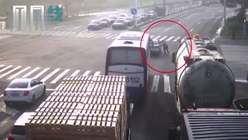 女司机突发晕厥轿车马路口溜车大车司机秒下车狂奔十米拉车降速